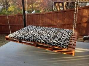 outdoor-garden-furniture-ideas-swing-pallet-bed-black-cushion-wooden-fence