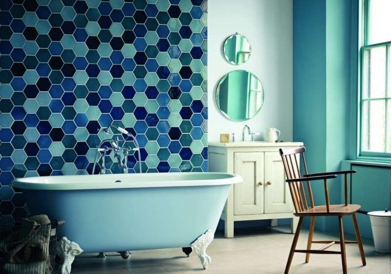 Creative-Blue-Mosaic-Wall-Tile-Using-Bee-House-Design-for-Small-Bathroom-Decoration-with-Blue-Wall-Paint-and-White-Vanity-800x572